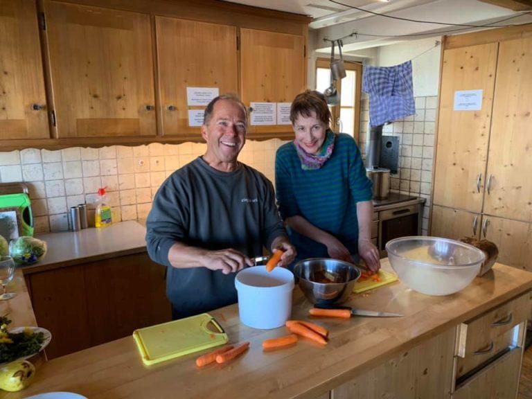Sabine Reber und Ruedi Hählen beim Kochen in der Grubenberghütte