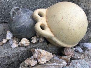 Die Bojen sind ein Souvenir aus Irland. Auf der Furrenweid haben sie ihr Plätzchen zwischen Bergkristallen gefunden.
